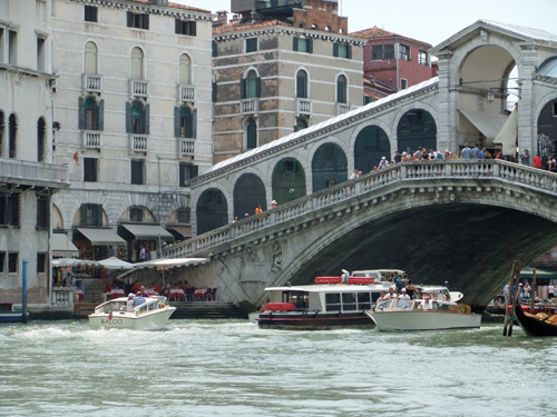 Vid Rialtobron i Venedig
